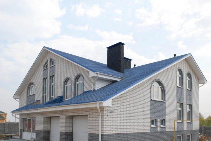 фото фасад дома с синей крышей отношение
