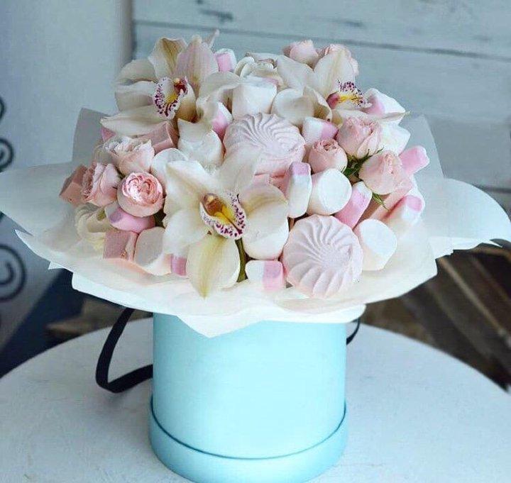 Букет из зефира и живых цветов