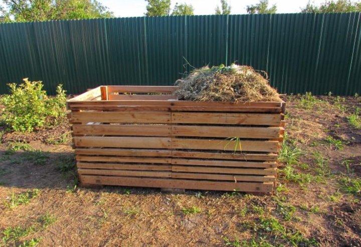 фото компостного короба для дачи обнимается открытом воздухе