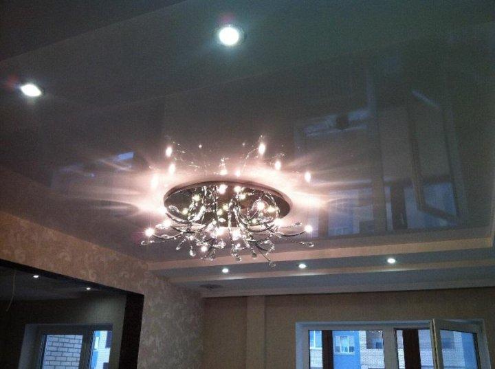 фото натяжного глянцевого потолка с люстрой завод котельного