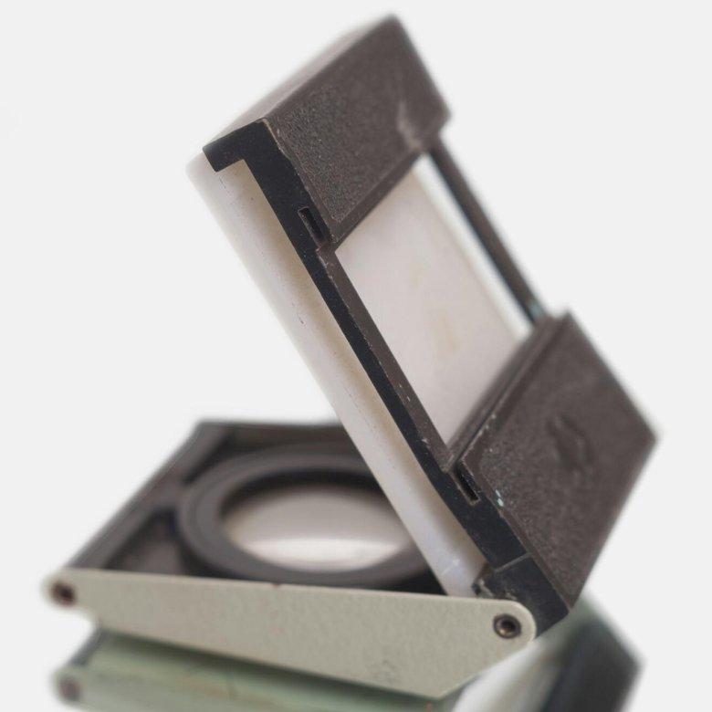 устройство для просмотра фотопленки занимает практически положение