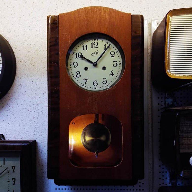 Напольные в детстве многие могли видеть большие деревянные часы с маятником в домах у своих бабушек и дедушек.