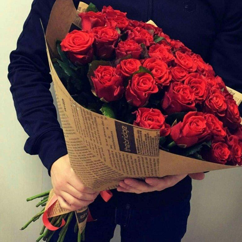 Красивый букет роз в руках мужчины фото