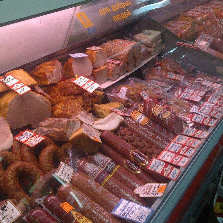 Выкладка колбасных изделий в магазине фото