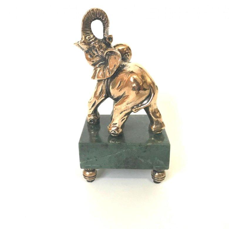 К статуэткам относятся копии монументальных шедевров и памятников, сувенирная продукция, этнические поделки, награды, игрушки — солдатики, матрешки, дымковские скоморохи и барыни.