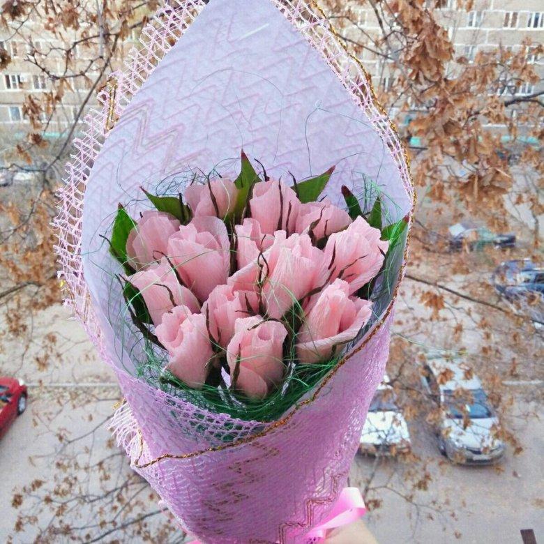 Быстрый букет из бутонов роз с конфетами