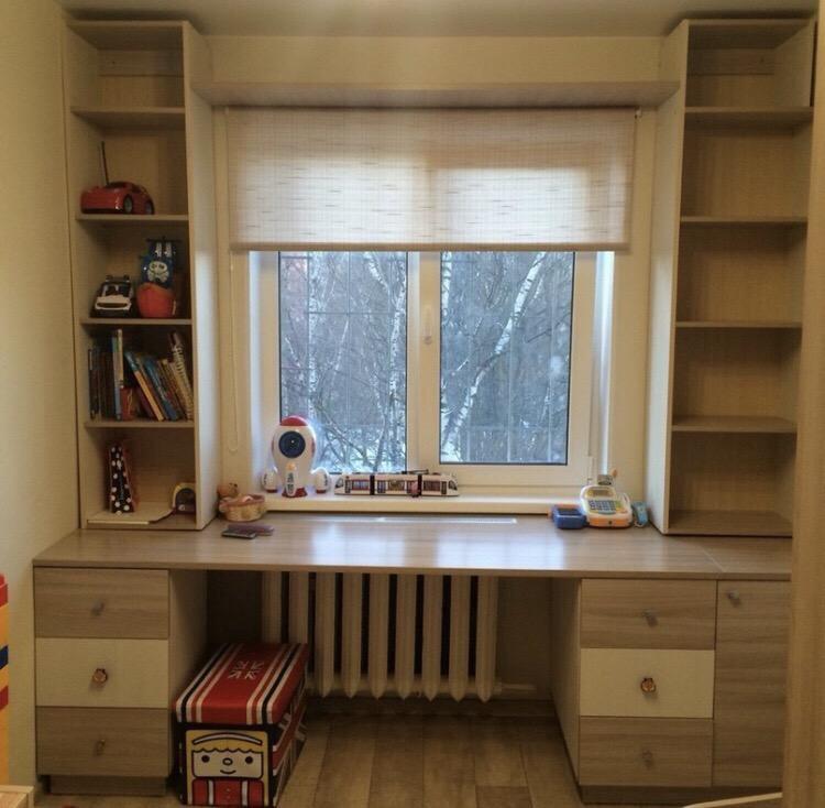 стол вместе с окном в комнате фото думал, может