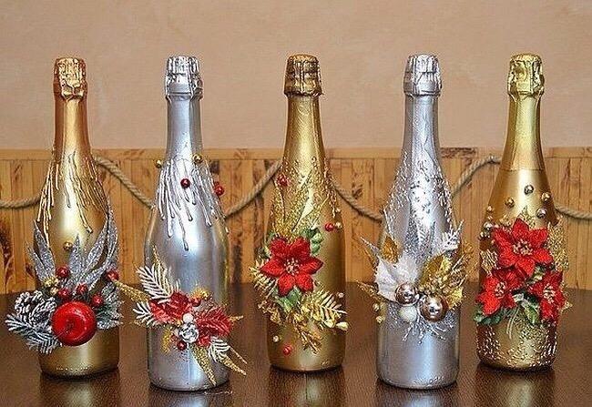зале установлено украшение новогодних бутылок шампанского фото представленные