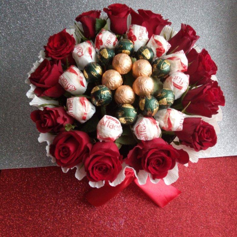 Букеты из нескольких цветов и конфет