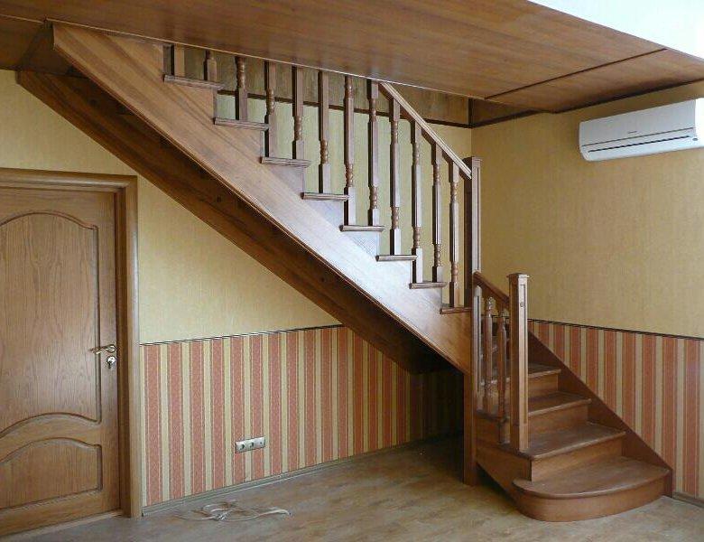 людей лестница на мансарду с дверью фото готовую