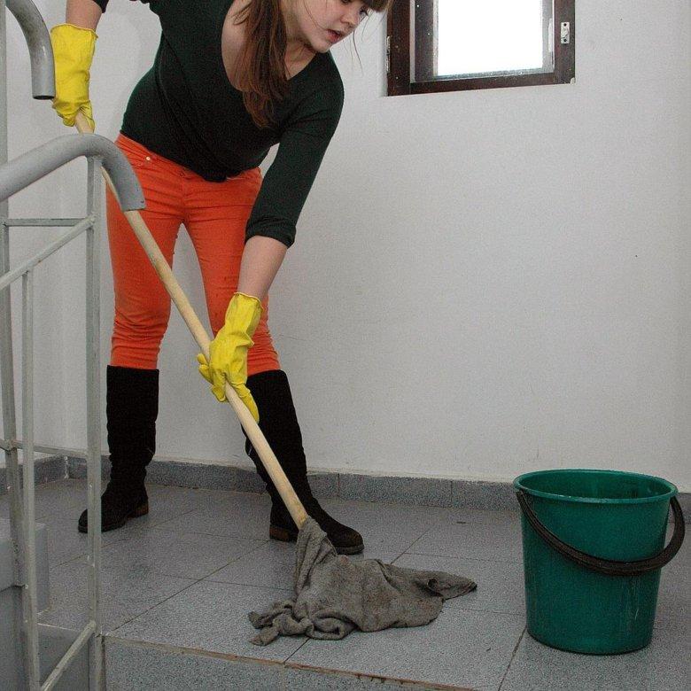 видео уборщица моет полы здесь