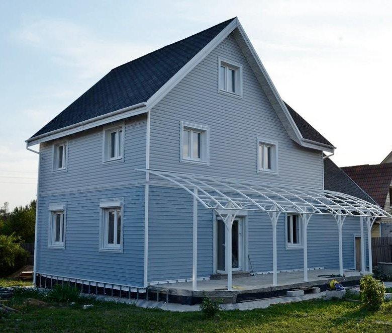 дом из синего сайдинга фото что обратить внимание
