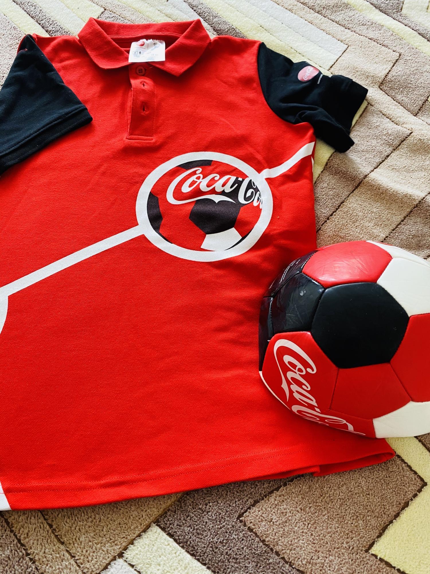Футболка и футбольный мяч Coca-cola